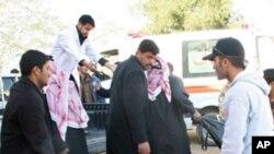 사망자들의 시신을 옮기는 구조대원들