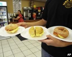 夹着鸡蛋的硬面包圈