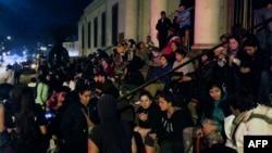智利发生大地震后发布海啸警报,当地民众聚集在街头。(2014年4月1日)