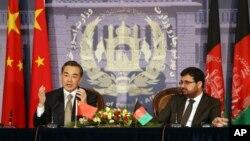 Ngoại trưởng Trung Quốc Vương Nghị trong cuộc họp báo với người đồng nhiệm Afghanistan Ahmad Zarar Osmani tại Bộ Ngoại giao tại thủ đô Kabul ngày 22/2/2014.