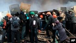 Người biểu tình Ukraina đụng độ với cảnh sát chống bạo động tại Quảng trường Độc lập ở Kiev, ngày 19/2/2014.
