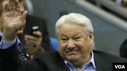 Mantan Presiden Boris Yeltsin dikecam karena gagal menyelamatkan perekonomian Rusia dan mengendalikan ketagihan miras.