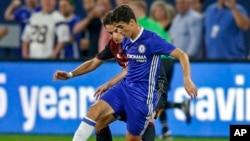Oscar, milieu de terrain de Chelsea et Giacomo Bonaventura d'AC Milan au cours d'un match à Minneapolis, 3 août 2016.