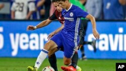 Oscar de Chelsea devant Giacomo Bonaventura d'AC Milan à Minneapolis le 3 août 2016.