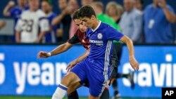 Oscar, milieu de terrain de Chelsea réussit un drible face Giacomo Bonaventura d'AC Milan au cours d'un match à Minneapolis, 3 août 2016.