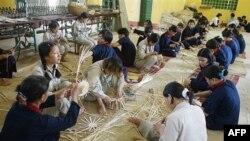 Học viên đan giỏ tại Trung tâm cai nghiện ma túy Ba Vì ở tỉnh Hà Tây