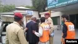 8일 파키스탄 헬리콥터 추락 사고 생존자가 부상을 치료 받기 위해 인근 군통합병원에 도착했다.