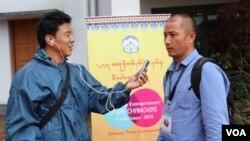 美國之音藏語組記者堅贊曲達2018年採訪一次會議。