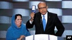 Khizr Khan, ayah tentara AS yang gugur di Irak Humayun Khan, bersama istrinya, saat tampil di panggung konvensi nasional partai Demokrat di Philadelphia, Kamis (28/7).