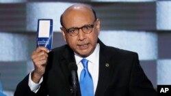ڈیموکریٹک کنونشن میں خضر خان امریکی آئین کی کاپی دکھاتے ہوئے