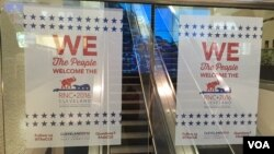Preparativos para la Convención Republicana en la Quicken Loans Arena de Cleveland, Ohio, que comienza el próximo lunes. [Foto; Celia Mendoza, VOA].