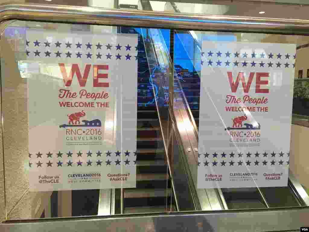 Pancartas de la Convención Nacional Republicana en el aeropuerto de Cleveland [FOTO: CELIA MENDOZA - VOA]