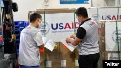 Nhân viên USAID Việt Nam kiểm tra lô hàng máy thở ở sân bay Nội Bài, hình do USAID đăng trên Twitter ngày 16/09/2020.