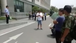山西维权老兵到镇江医院看望被打伤战友被警察挡在门外