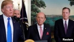 在簽署因知識產權盜竊問題而對中國高科技產品徵收關稅的總統備忘錄前,美國總統川普在副總統彭斯、美國商務部長羅斯和美國貿易代表萊特希澤陪同下在白宮講話。(2018年3月22日資料照)