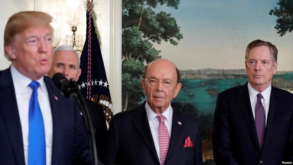 在簽署因知識產權盜竊問題而對中國高科技產品徵收關稅的總統備忘錄前,美國總統川普在副總統彭斯、美國商務部長羅斯和美國貿易代表萊特希澤陪同下在白宮講話。 (2018年3月22日)
