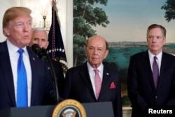 在签署因知识产权盗窃问题而对中国高科技产品征收关税的总统备忘录前,美国总统特朗普在副总统彭斯、美国商务部长罗斯和美国贸易代表莱特希泽陪同下在白宫讲话。(2018年3月22日)