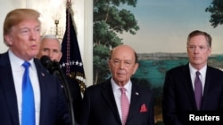 美國總統川普在副總統彭斯、美國商務部長羅斯和美國貿易代表萊特希澤陪同下在白宮講話。(2018年3月22日)