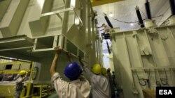 Công nhân đang làm việc tại một công xưởng ở Việt Nam. Các chuyên gia kinh tế lo ngại bộ máy công chức cồng kềnh, kém hiệu quả sẽ dẫn dến nguy cơ nhiều doanh nghiệp ở Việt Nam chạy sang các nước lân cận để kinh doanh vì có môi trường thuận lợi hơn.