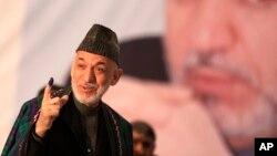 Presiden Afghanistan Hamid Karzai saat memberikan suara di pilpres Afghanistan (5/4). Masa depan Afghanistan pasca Karzai tergantung pada hubungan dengan negara tetangganya.