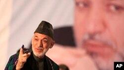 Tổng thống Afghanistan Hamid Karzai đi bỏ phiếu tại trường trung học Amani, gần dinh tổng thống ở thủ đô Kabul, Afghanistan, ngày 5/4/2014.