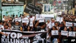 រូបឯកសារ៖ បាតុករកាន់បដានិងផ្ទាំងក្រណាត់ ធ្វើបាតុកម្មដោយមានរថយន្តដឹកសពយុវជនអាយុ ១៧ឆ្នាំ ឈ្មោះ Kian Loyd delos Santos កាលពីឆ្នាំ២០១៧ នៅប្រទេសហ្វីលីពីន។ ការសម្លាប់នោះធ្វើឲ្យមានការខឹងសម្បាជាមួយយុទ្ធនាការប្រឆាំងគ្រឿងញៀនរបស់ប្រធានាធិបតី Duterte។