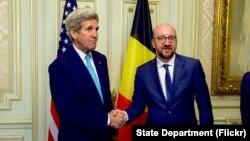 Waziri wa mambo ya nje wa Marekani, John Kerry (L) na Waziri Mkuu wa Ubelgiji, Charles Michel wakiwa Brussels, March 25, 2016.