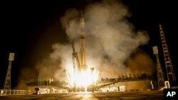 Roket Soyuz yang diluncurkan ke Stasiun Antariksa Internasional dari kosmodrom Rusia di Kazakhstan, 23 Juli 2015.
