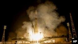 Despegue del cohete ruso que llevó la cápsula Soyuz TMA-14M hasta la Estación Espacial Internacional.