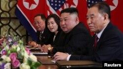 지난 2월 베트남 하노이에서 열린 도널드 트럼프 미국 대통령과 김정은 북한 국무위원장의 확대정상회담에 북한측 김영철 노동당 부위원장 겸 통일전선부장과 리용호 외무상이 배석했다.