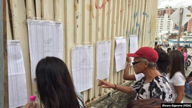Electores de comicios regionales en Venezuela el 10 de diciembre de 2017.