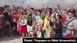 Du khách Trung Quốc làm lễ chào cờ trên đảo có tranh chấp chủ quyền ở Biển Đông.