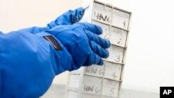 미국 펜실베이니아 대학 연구진이 에이즈 치료를 위한 T세포 처리 작업을 하고 있다.
