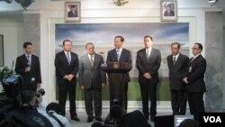 Sekretaris Partai Komunis China provinsi Guangxi, China, Peng Qinghua, di kantor Presiden di Jakarta, didampingi Menteri Perindustrian MS Hidayat (ketiga dari kiri) dan Menteri Perdagangan Gita Wirjawan (ketiga dari kanan). (VOA/Andylala Waluyo)