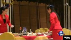 來自北韓的少女在丹東市北韓風味餐館當服務生。(美國之音葉兵攝)