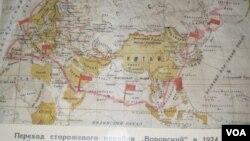 """俄罗斯早就使用南中国海航道,同样非常重视南中国海航行自由。俄罗斯海军博物馆展出的地图显示,苏俄军舰""""沃罗夫斯基""""号1924年从俄罗斯欧洲地区北部港口阿尔汉格尔斯克出发经过印度洋、南中国海抵达发拉迪沃斯托克(海参崴)。这艘军舰当年停靠广东黄埔时,孙中山曾登舰参观。(美国之音白桦拍摄)"""