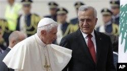 14일 레바논에 도착해 미셸 술레이만(사진우측) 대통령의 영접을 받는 교황 베네딕토 16세