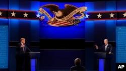 Perezida Donald Trump, ibubamfu, n'umudemokrate Joe Biden, iburyo, bishura ibibazo vy'umunyamakuru mu kiganiro ca mbere cabahuje. Cleveland, Ohio, itariki 29/09/2020