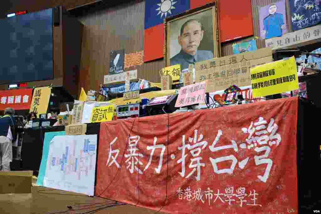 香港城市大學學生簽名支持台灣太陽花學運的橫額掛在立法院內的顯眼位置