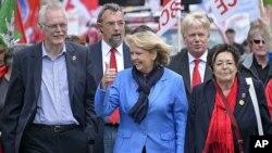 Kuzey Ren Vestfalya eyalet seçimini kazanan Sosyaldemokrat lider Hannelore Kraft zafer işareti yaparken