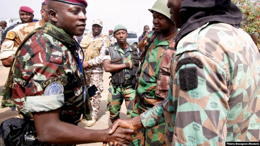 Le Lieutenant-Colonel Cherif Ousmane et des soldats mutins à Bouaké le 13 janvier 2017.