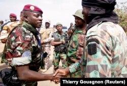 Le lieutenant-Colonel Cherif Ousmane rencontre les soldats mutins à l'aéroport de Bouaké, en Côte d'Ivoire,le 13 janvier 2017.