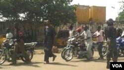 Tentara Nigeria melakukan penjagaan atas gedung pemerintah di Kano (foto: dok). Serangan militer Nigeria di Kano menewaskan 14 militan, Minggu 31/3.