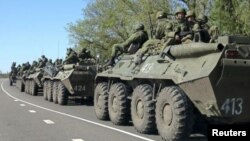 Російські бронетранспортери біля кордону з Україною