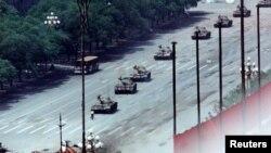 89年6月5日,一位男子在北京長安路上擋在坦克前面。