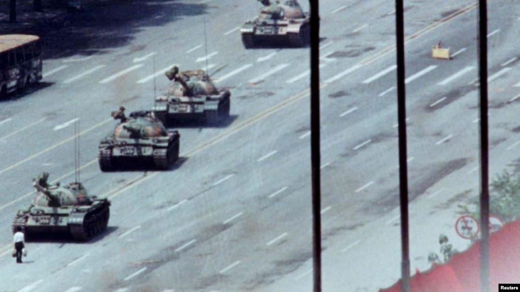 1989年6月5日,一位北京市民站在长安街的坦克前。