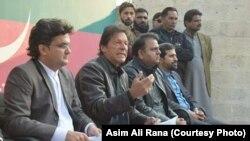 عمران خان اسلام آباد میں پریس کانفرنس کر رہے ہیں۔ 5 جنوری 2018