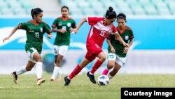 খেলছেন বাংলাদেশের নারী ফুটবলাররা