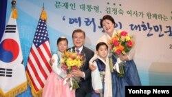 문재인 한국 대통령과 부인 김정숙 여사가 1일 미국 워싱턴 캐피탈 힐튼 호텔에서 열린 동포 간담회에 참석해 화동으로부터 환영의 꽃다발을 받고 있다.