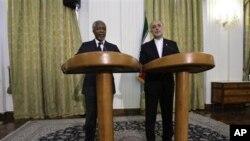 Utusan PBB untuk Suriah, Kofi Annan (kiri) memberikan konferensi pers bersama Menlu Iran Ali Akbar Salehi di Teheran (11/4).